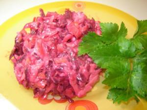 recepty-salatov-iz-syroj-svekly